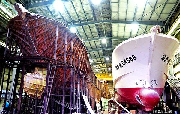室内船台批量化建造玻璃钢渔船图片